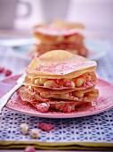 Mille Feuille mit Brikteig, Vanillecreme und rosa Pralinenstückchen