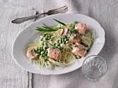 Kohlrabi noodles with creamy peas and salmon