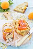 Aprikosenmarmelade mit Brot