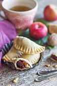 Gefüllte Teigtäschchen mit Äpfeln, Nüssen und Marmelade