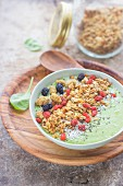 Smoothie Bowl mit Cerealien und Superfood
