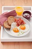 Spiegeleier mit gebratenem Frühstücksspeck
