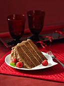 Ein Stück Fudge Cake mit Milchschokoladencreme