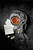Nostalgisches Stillleben mit Briefen und Safran in goldenem Schälchen