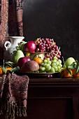 Obststillleben im Stil eines Gemäldes mit Krug, Birnen, Äpfeln und Trauben