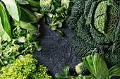 Rahmen aus grünem Gemüse (Aufsicht)