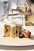Weisser Bread Pudding mit Rosinen und Rum-Creme-Anglaise