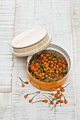 Getrocknete gelbe Charapita-Chilis in Dose