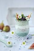 Blauer Chiapudding mit frischen Früchten