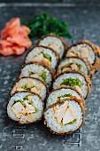 Tempura-Sushi mit Hähnchen und Salat
