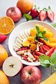 Obstsalat mit Orangen, Bananen, Apfel und Erdbeeren