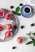 Lemon muffins with blackberry