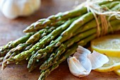 Green asparagus, garlic and lemons