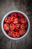 Rote Chilischoten in Ringe geschnitten im Schälchen (Aufsicht)