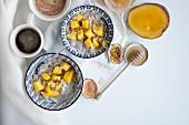 Haferbrei mit Mango und Passionsfrucht zum Frühstück (Aufsicht)