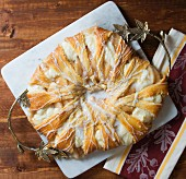 A puff pastry ring with apple, fresh cheese and caramel