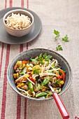 Vegetarische Gemüsepfanne mit Sprossen