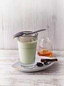 Matcha-Latte mit Zimt und Sternanis (Sirtfood)
