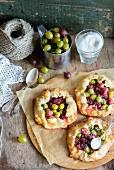 Kleine Stachelbeer-Pies mit Zucker