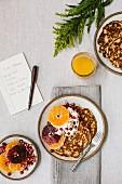 Pancakes zum Frühstück mit Orangen- und Blutorangenscheiben