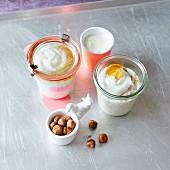 Klassisches Porridge mit Honig und Haselnüssen