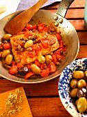 Pesce Spada alla Ghiotta (Traditionelles Schwertfischgericht mit Kapern, Oliven und Tomaten, Kalabrien, Italien)