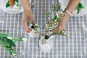 Ostertisch mit Blumendeko