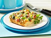 Ein Stück Gemüsepizza mit Käse