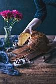 Frau hält frisch gebackenes Osterbrot in den Händen