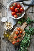Zutatenstilleben mit Tomaten, Croutons, Salz und Olivenöl