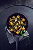 Vegane Pfanne mit gebratenen Waldpilzen, grünen Bohnen und Hokkaidokürbis
