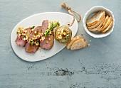 Spargelvinaigrette auf Steakscheiben mit frischem Baguette