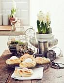 Hefebrötchen mit eingebackenem Ei zu Ostern