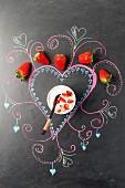 Erdbeerdessert auf einer bemalten Tafel