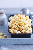 Toffee-Popcorn-Eis in einem Behälter