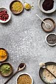 Superfood-Stillleben mit Bienenpollen, Acai, Goji, Chia, Matchapulver, Kurkumapulver, Leinsamen und Maca