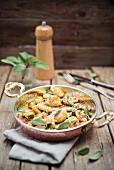 Selbstgemachte Gnocchi mit Salbeibutter und Parmesan
