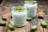 Joghurt mit Chiasamen und Kiwi-Beeren