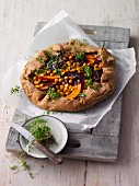 Emmer crostata with chickpeas and Hokkaido pumpkin