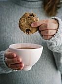 Vegane Teff-Cookies mit getrockneten Sauerkirschen zu Milchkaffee