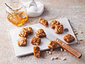 Almond caramel with pine nuts