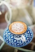 Cappuccino mit Kakaopulver