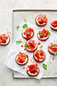 Mini cheesecakes with cream cheese, strawberries and basil