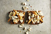 Wholemeal bread with porcini mushrooms, baby corn and thyme popcorn