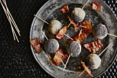 Bread pops with gorgonzola, poppy seed and bacon