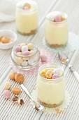 Weisses Schokoladenmousse mit Mini-Schokoladeneiern zu Ostern
