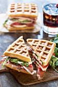Waffel-Sandwiches mit Schinken, Tomate, Mozzarella und Rucola