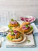 Karotten-Kichererbsen-Burger mit roten Zwiebeln, Koriander und Salat