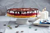 Vegane Apfel-Biskuittorte mit Himbeergelee, Vanillecreme und Schokoladentopping