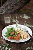 Salat mit Rucola, Reizker, Blauschimmelkäse, Birne und Walnüsse